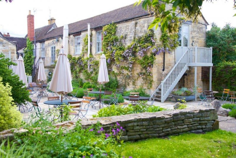 beauiful-beer-gardens-cotswolds-manor-cottages.jpeg